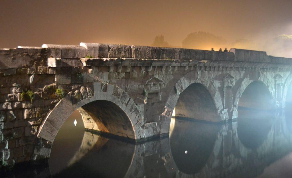 Ponte di Tiberio bei Nacht