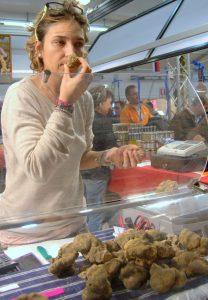 Auf dem Trüffelmarkt in Alba