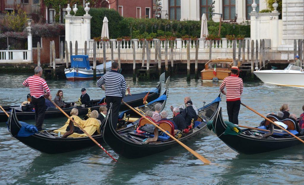 Gondolieri auf dem Canal Grande Venedig