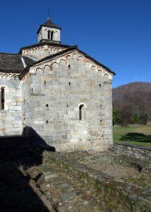 Schlicht und schön - Romanische Kirche mit Grundmauern ihrer Vorgängerin