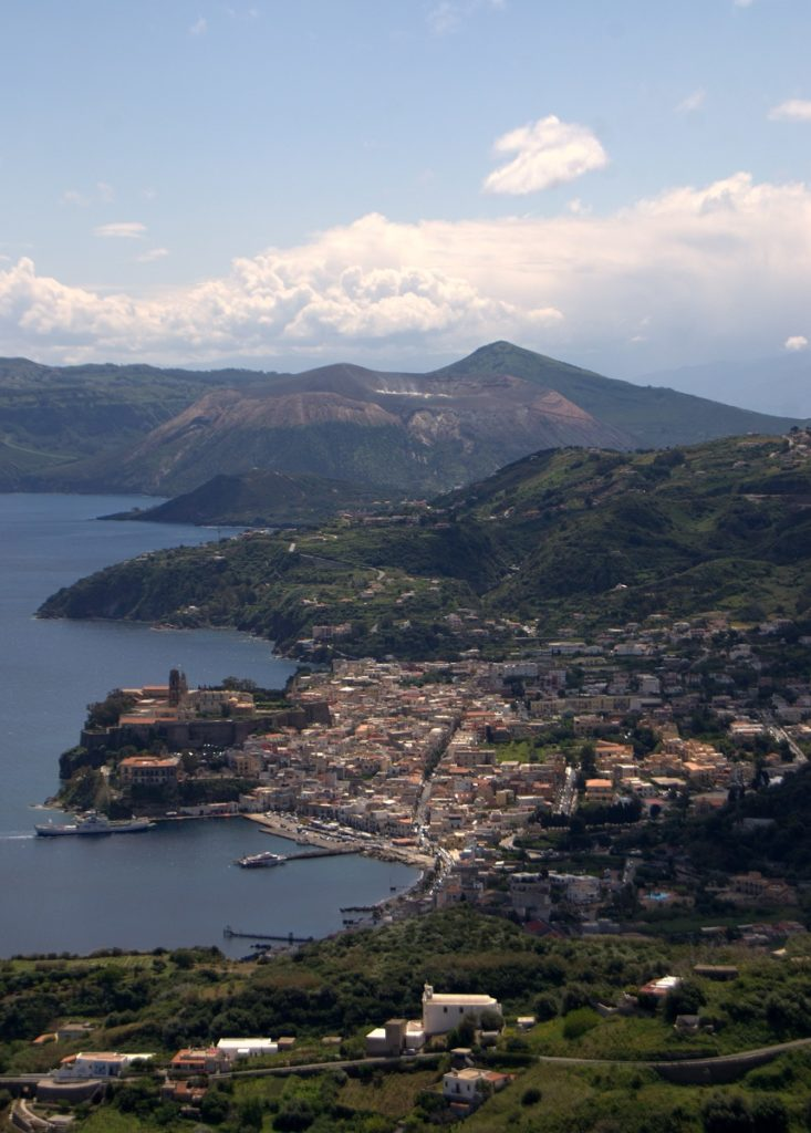 Lipari Stadt mit Hafen und Kathedrale