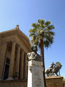 Verdi vor dem Teatro Massimo