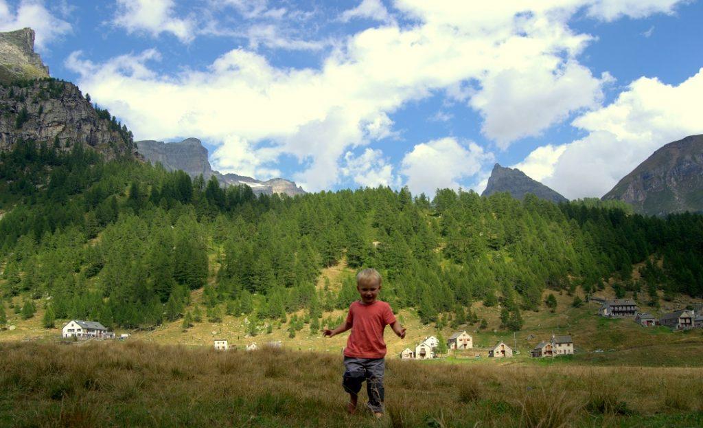 Barfuss über Bergwiese toben Alpe Veglia 2