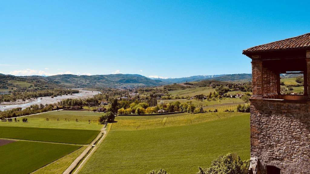 Blick zum Apennin von der Burg Torrechiara – Reise Geschichten Emilia-Romagna