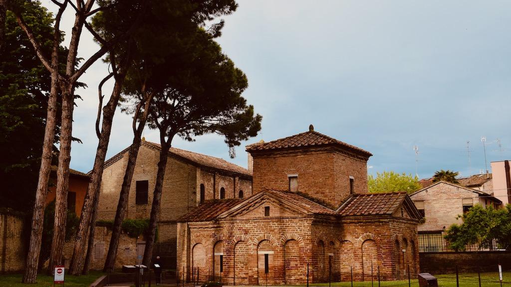 Mausoleo Galla Placidia außen – Reise Geschichten Emilia-Romagna