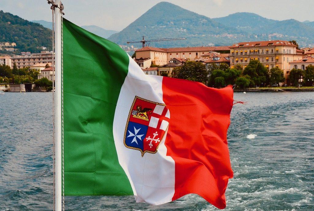 italienische Flagge auf Fähre Lago Maggiore Azzurro Diary